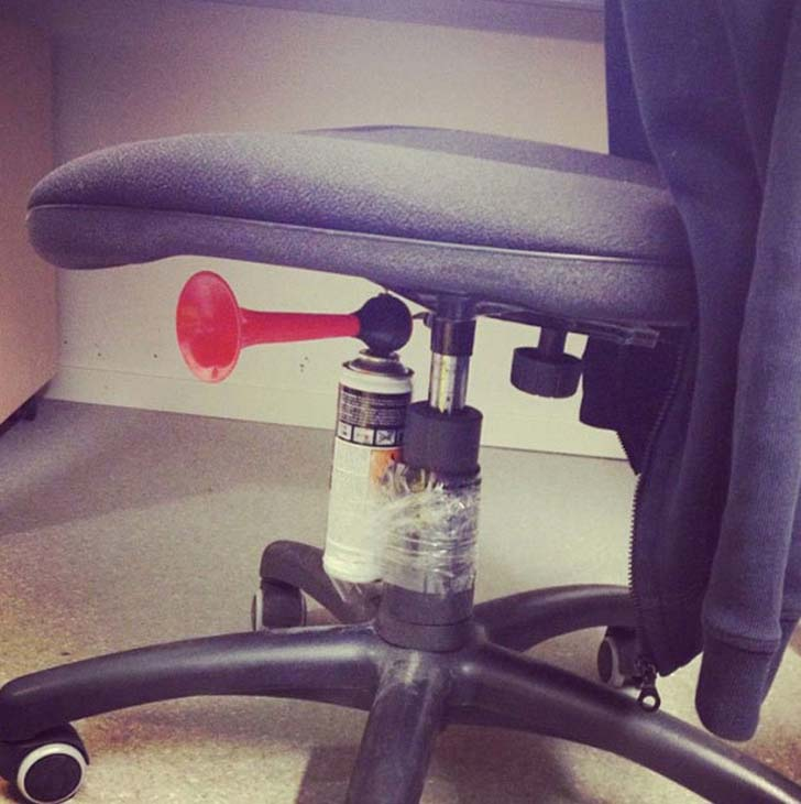 15-hilarious-office-pranks-that-will-make-you-so-glad-you-dont-work-here_7